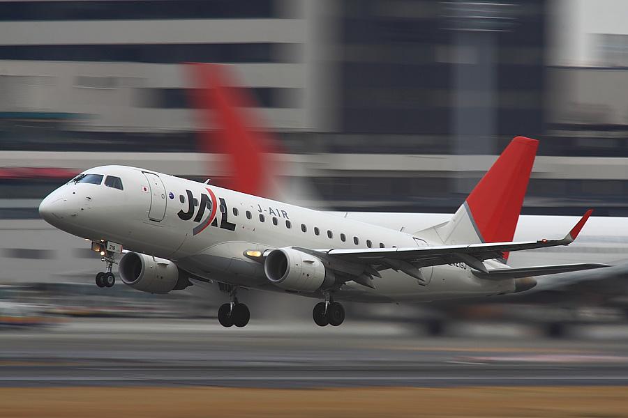 J-AIR Embraer170 JAL3435@RWY14Rエンド猪名川土手(by EOS 50D with SIGMA APO 300mm F2.8 EX DG/HSM + APO TC2x EX DG)
