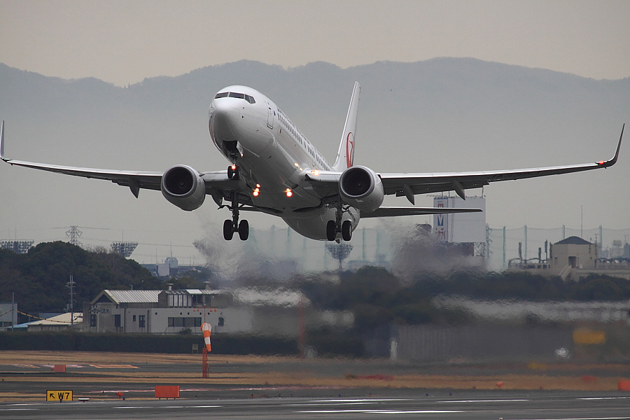 JEX B737-846 JAL3006@RWY14Rエンド猪名川土手(by EOS 50D with SIGMA APO 300mm F2.8 EX DG/HSM + APO TC2x EX DG)
