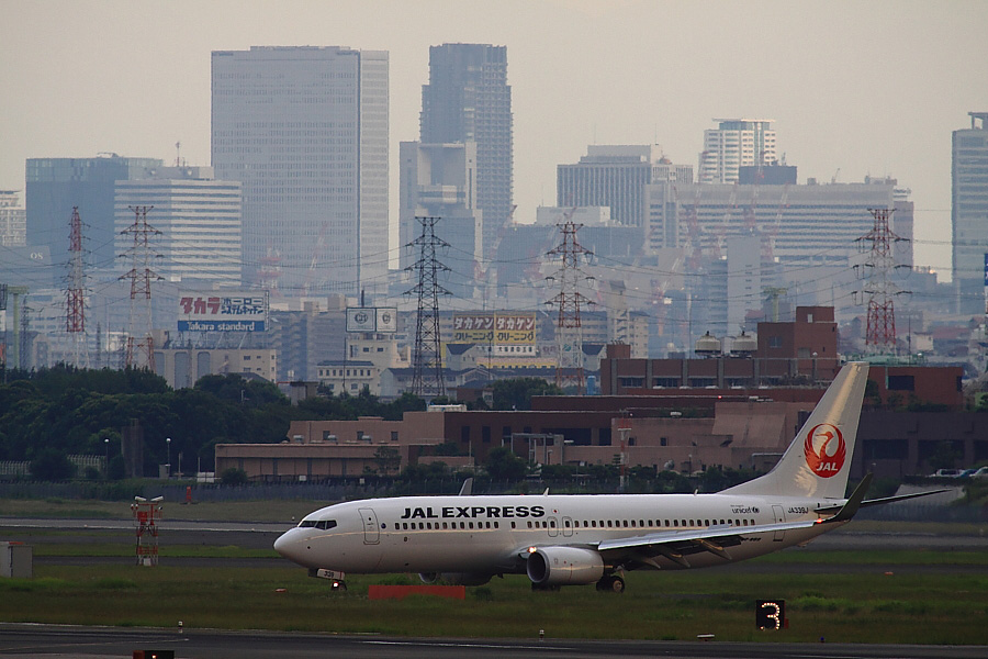 JEX B737-846 JAL3005@下河原緑地展望デッキ(by EOS50D with SIGMA APO 300mm F2.8 EX DG/HSM + APO TC2x EX DG)
