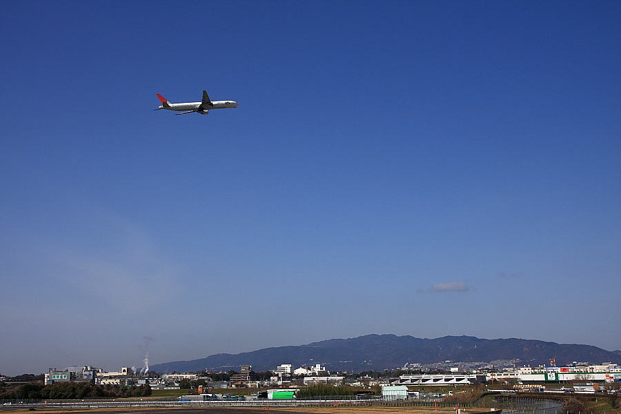 JAL B777-346 JAL2081@下河原緑地展望デッキ(by EOS 40D with SIGMA 18-50mm F2.8 EX DC MACRO)
