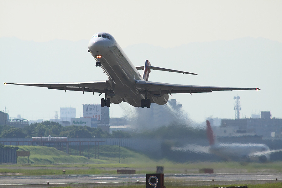 JAL MD-90 JAL2911@RWY14Rエンド・道路脇(by EOS50D with SIGMA APO 300mm F2.8 EX DG/HSM + APO TC2x EX DG)