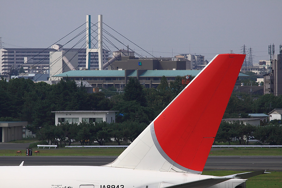 JAL B777-346 JAL2081&伊丹ベイリブッジ(謎)@大阪国際空港展望デッキ ラ・ソーラ(by EOS50D with SIGMA APO 300mm F2.8 EX DG/HSM)