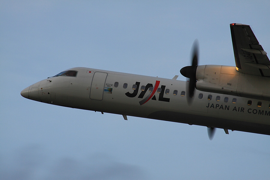 JAC DHC-8-402Q JAC2415@RWY14Rエンド・猪名川土手(by EOS50D with SIGMA APO 300mm F2.8 EX DG/HSM + APO TC2x EX DG)
