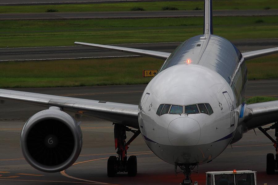 ANA B777-381ER ANA2176@大阪国際空港展望デッキ/ラ・ソーラ(by EOS50D with SIGMA APO 300mm F2.8 EX DG/HSM)