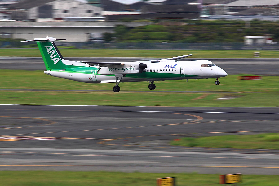 AKX DHC-8-402Q ANA1600@大阪国際空港展望デッキ/ラ・ソーラ(by EOS50D with SIGMA APO 300mm F2.8 EX DG/HSM)