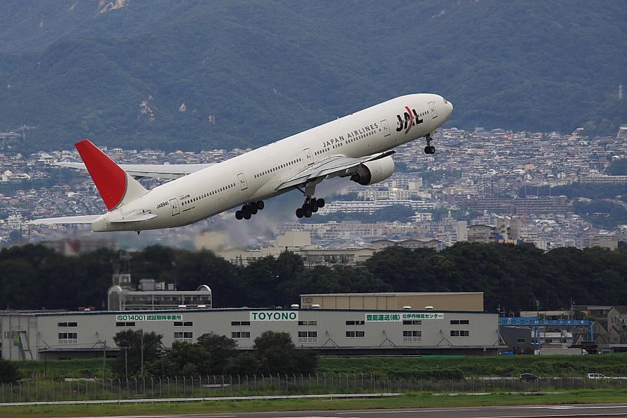 JAL B777-346 JAL2001@大阪国際空港展望デッキ/ラ・ソーラ(by EOS50D with SIGMA APO 300mm F2.8 EX DG/HSM)