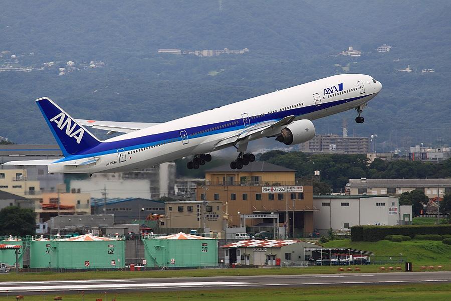 ANA B777-381 ANA105@大阪国際空港展望デッキ/ラ・ソーラ(by EOS50D with SIGMA APO 300mm F2.8 EX DG/HSM)