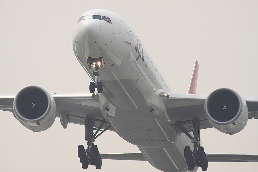 JAL B777-346ER JAL3002@RWY14Rエンド・猪名川土手(by EOS50D with SIGMA APO 300mm F2.8 EX DG/HSM + APO TC2x EX DG)