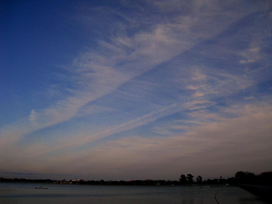 コントレイルの夕空@瑞ヶ池公園(by IXY DIGITAL 910IS)
