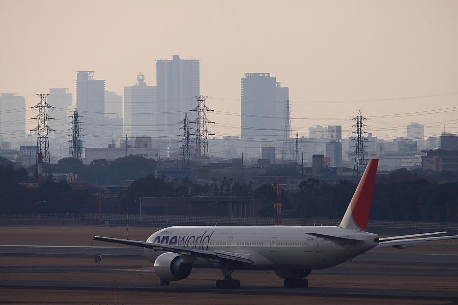JAL B777-346ER JAL3002@大阪国際空港展望デッキ/ラ・ソーラ(by EOS 50D with EF100-400mm F4.5-5.6L IS USM)