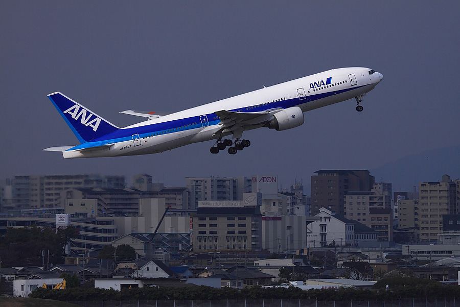 ANA B777-281 ANA771@大阪国際空港展望デッキ/ラ・ソーラ(by EOS 50D with EF100-400mm F4.5-5.6L IS USM)