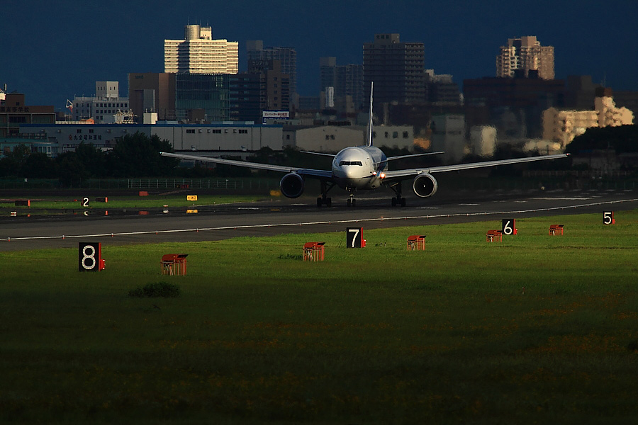 ANA B777-381 ANA36@RWY14Rエンド・猪名川土手(by EOS50D with SIGMA APO 300mm F2.8 EX DG/HSM + APO TC2x EX DG)