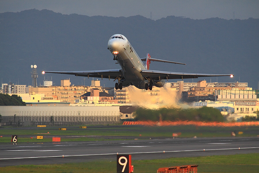 JAL MD-90 JAL130@RWY14Rエンド・猪名川土手(by EOS50D with SIGMA APO 300mm F2.8 EX DG/HSM + APO TC2x EX DG)