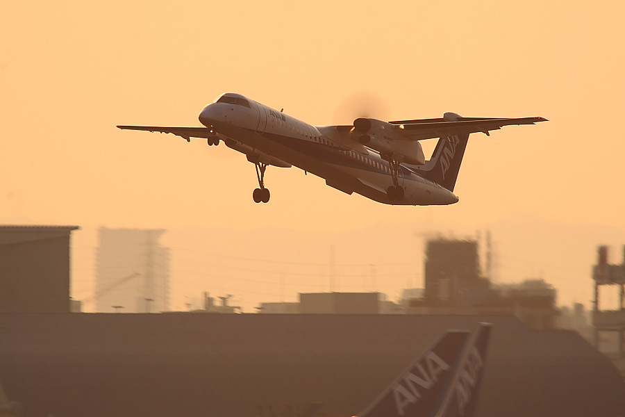 AKX DHC-8-402Q ANA1601@RWY14Rエンド猪名川土手(by EOS 50D with SIGMA APO 300mm F2.8 EX DG/HSM + APO TC2x EX DG)
