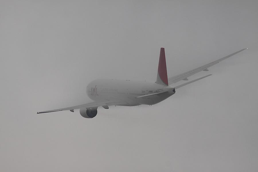 JAL B777-246 JAL102@RWY14Rエンド・猪名川土手(by EOS50D with SIGMA APO 300mm F2.8 EX DG/HSM + APO TC2x EX DG)
