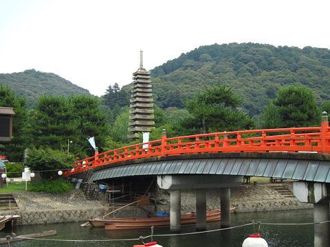 赤い橋と石塔