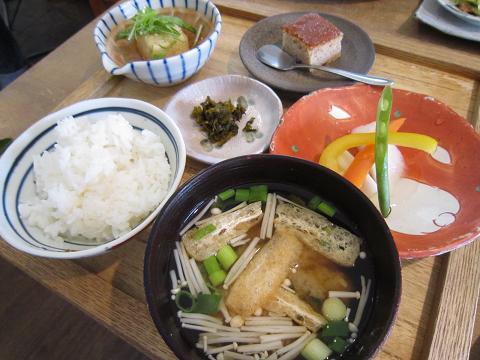 ご飯、お味噌汁、小鉢、香の物