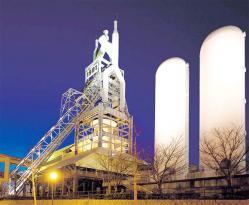 寒村に巨大な溶鉱炉