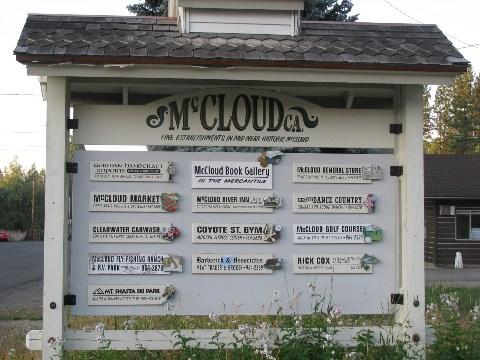 マクラウド駅前の看板