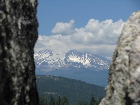 岩の間からシャスタが見える