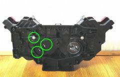 左側のドライバーを外すには、3箇所のネジを外します