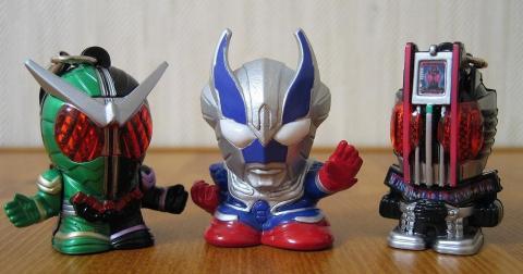 仮面ライダーライトマスコット2より、Wとコンプリートフォーム。真ん中がレイモン指人形