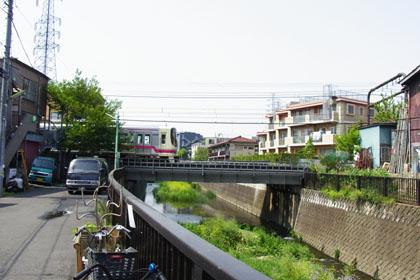 仙川を渡る京王線