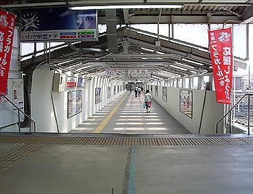 中央口改札を抜けて渡る跨線橋