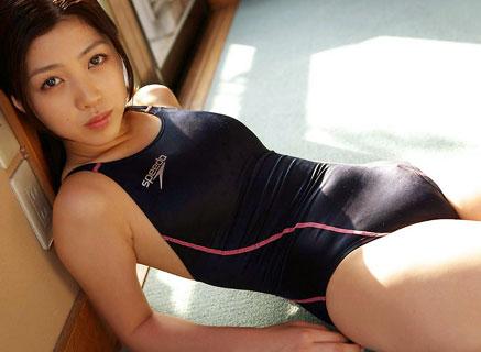 競泳水着でおっぱいの形がハッキリと判っちゃうよ♪
