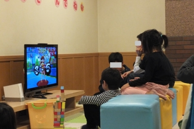 テレビゲームを見る我が娘