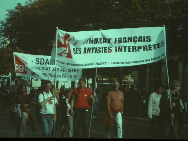 フランスデモアーティストたち