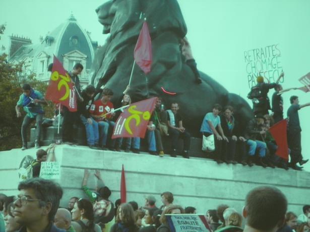 フランスデモ ライオン広場の若者たち