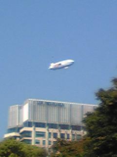 20100501雲ひとつない日比谷公園に飛行船