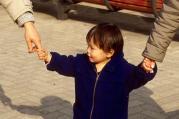 両手をつなぐ子ども