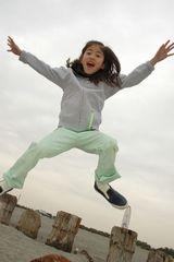 飛び跳ねる女の子160x240