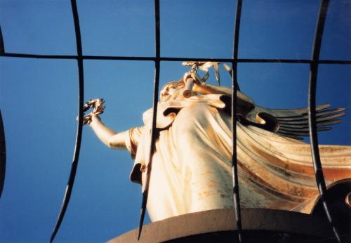 戦勝記念塔・女神像