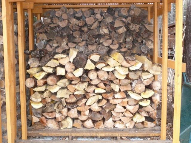 割った薪のストック