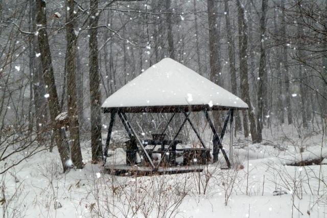 雪の中のガゼボ