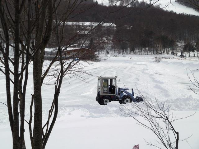 ユンボによる氷上整備