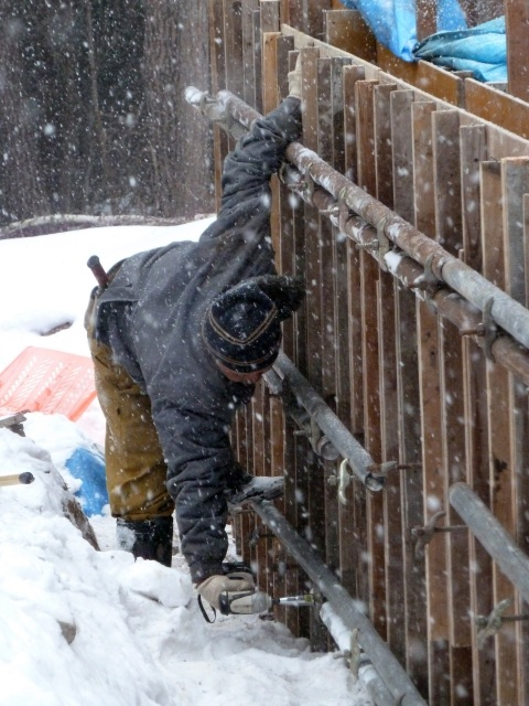 雪の中 鉄パイプをセパで固定