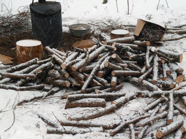 業者さんに暖をとってもらう針葉樹の薪