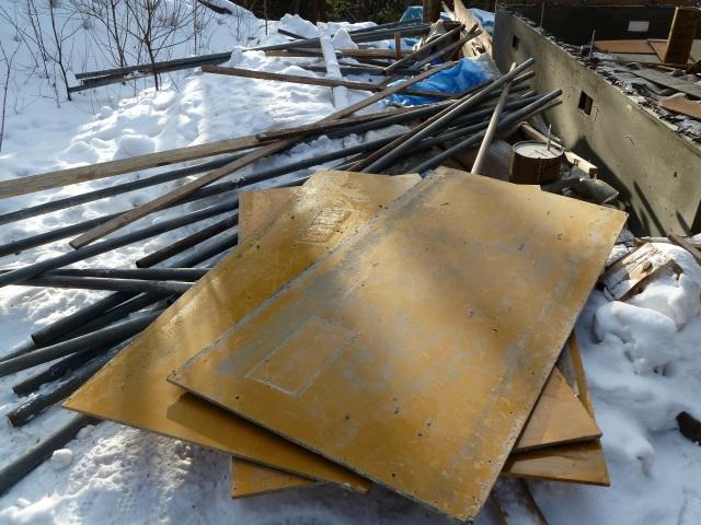 解体された鉄パイプと型枠用コンパネ