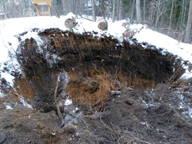 ユンボーで掘った穴