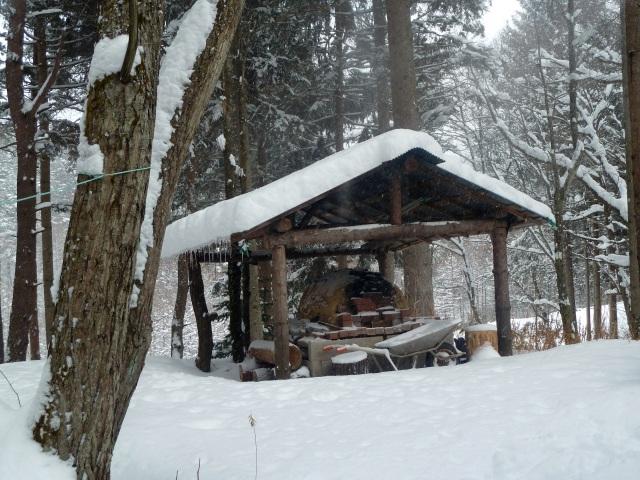 雪の中の石釜