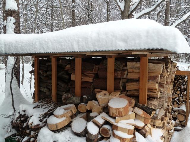薪小屋に積もった雪