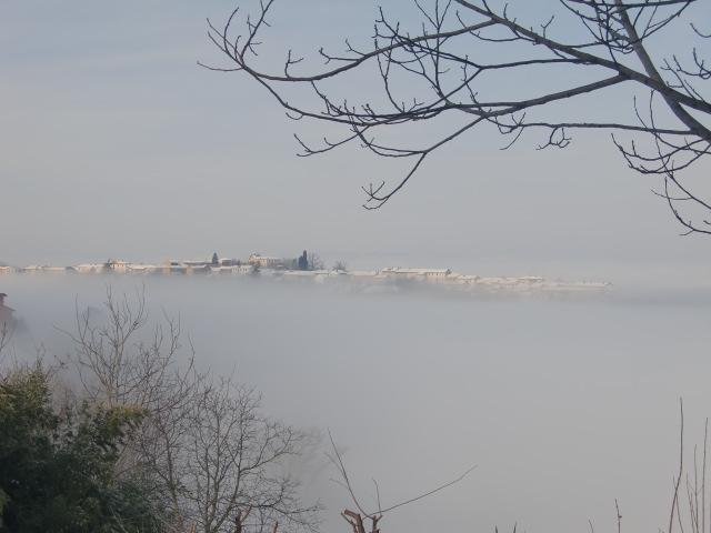 雲の上に浮かぶ街