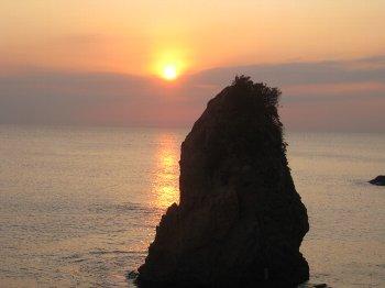 立石と夕日