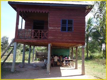 村の人の家で授業をしています。
