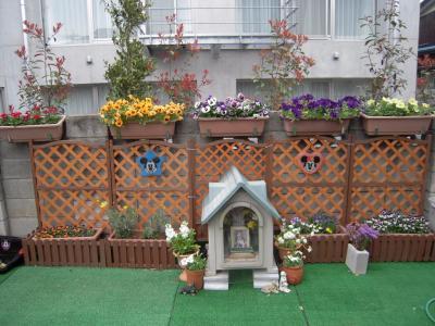 レオ兄ちゃんの墓と春の庭
