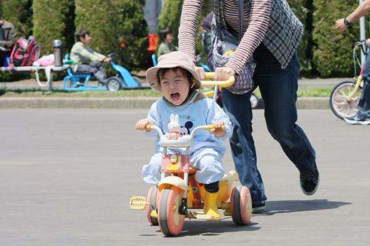交通公園で次男が三輪車